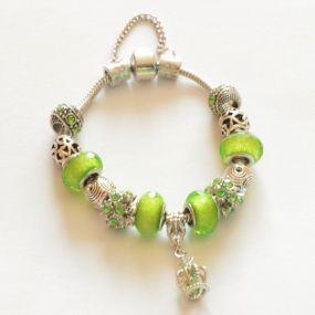Luxusní náramek s korálky - světle zelený s korunkou