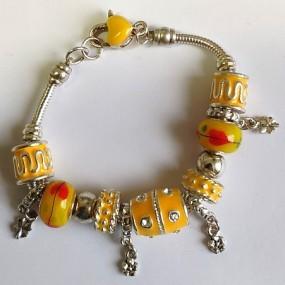 Elegantní náramek s korálky - žlutý